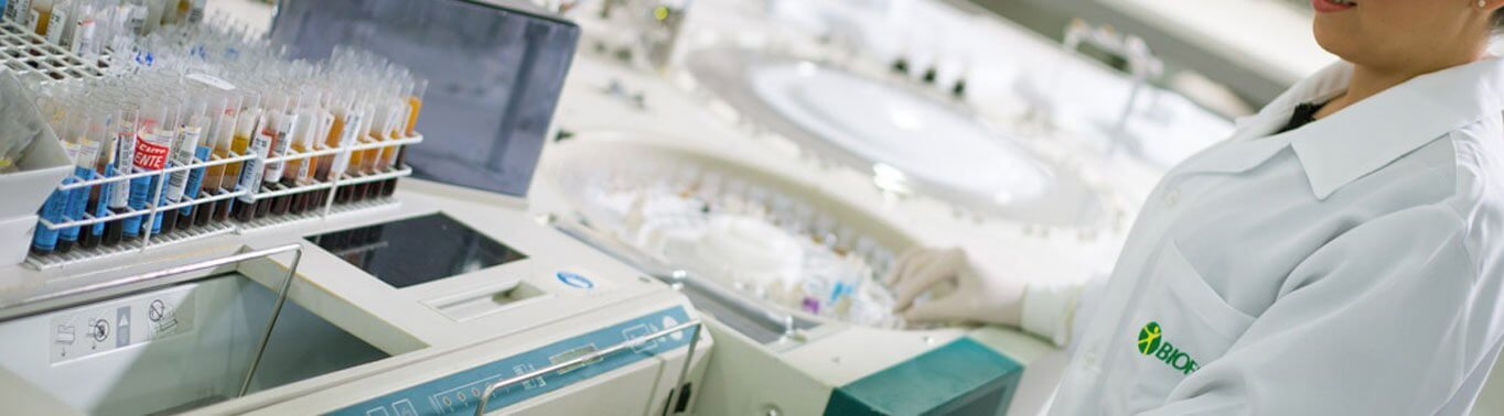 Conta gotas e tubos de ensaio para análises clínicas.